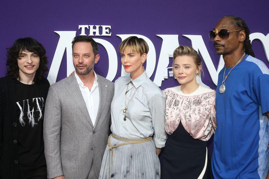 Finn Wolfhard, Nick Kroll, Charlize Theron, Chloë Grace Moretz, Snoop Dogg lors de la première de «La Famille Addams» le 6 octobre 2019 à Los Angeles.