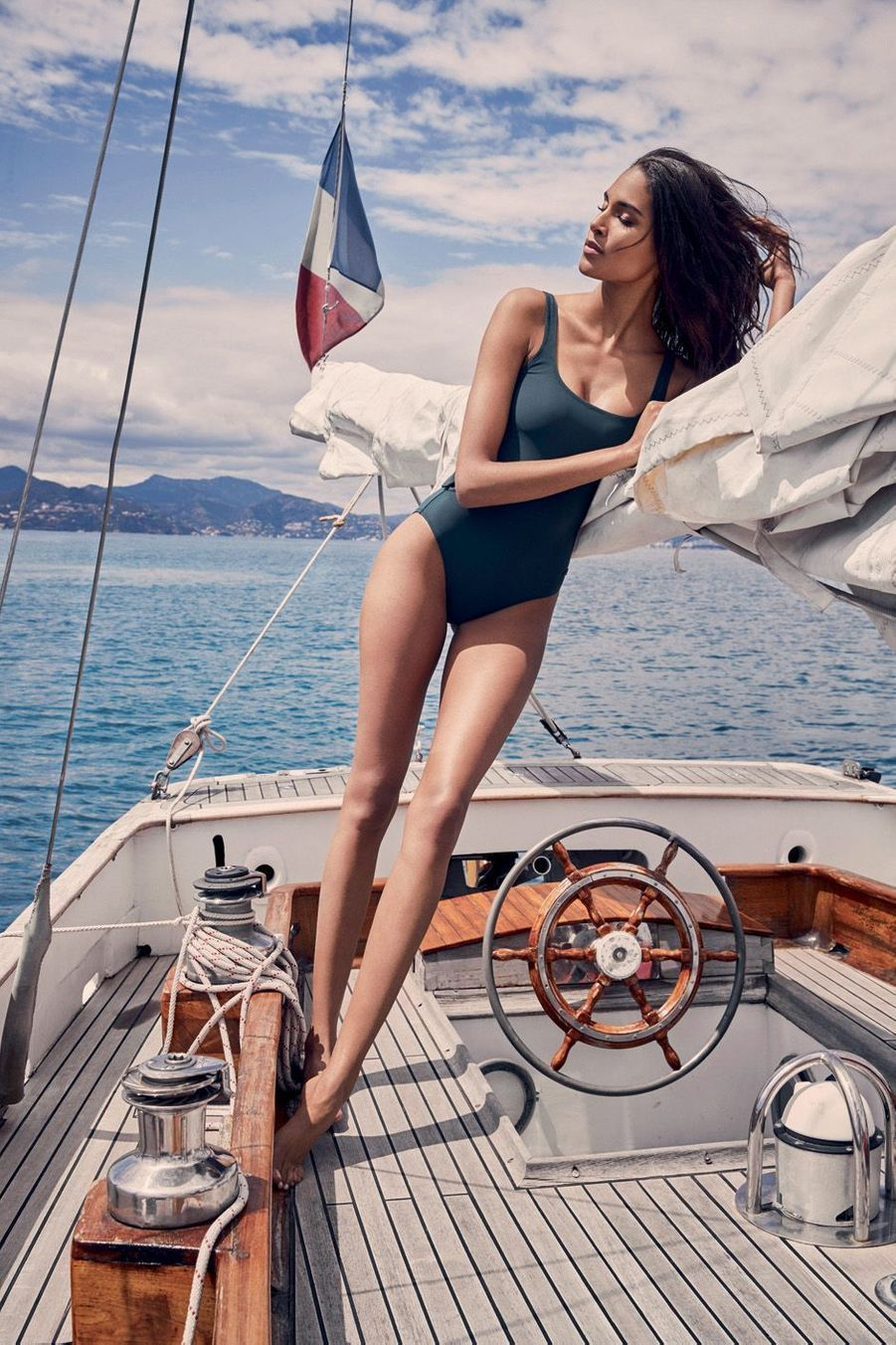 Une femme à la barre d'un Saiph d'Arthaud Yachting… en toute décontraction : « J'aime ma couleur de peau, je ne veux pas bronzer. »