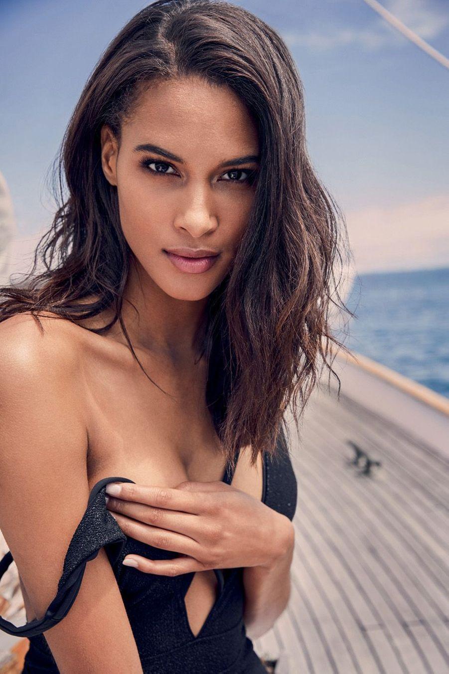 Cindy est l'une des rares Françaises à défiler pour la mythique marque de lingerie Victoria's Secret. Tout en elle est exceptionnel (boucles d'oreilles De Grisogono).