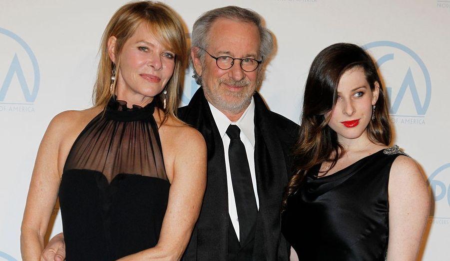 """Accompagné de son épouse Kate Capshaw et de leur fille Sasha, Steven Spielberg a reçu le prix de la meilleure production de l'animation pour """"Les Aventures de Tintin: le secret de la Licorne""""."""