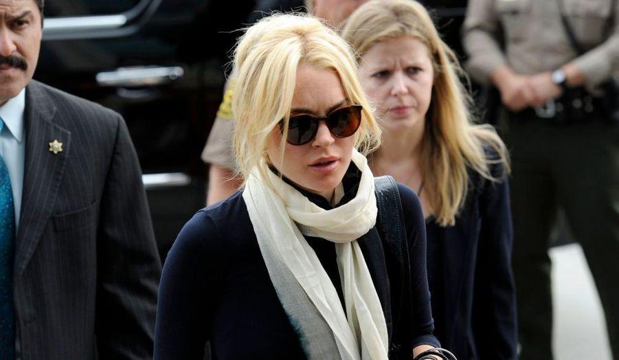 Lindsay Lohan a été condamnée vendredi à quatre mois de prison pour violation de sa liberté conditionnelle, dans une affaire de vol de collier de luxe à Venice, en février dernier. La Cour supérieure de Los Angeles a requis 480 heures de travaux d'intérêt général dans un centre social pour femmes et à la morgue de Los Angeles à l'encontre de la starlette, rapporte People. Son avocate a décidé de faire appel. Lindsay Lohan a rejoint la prison de Lynwood après le verdict. La caution de l'actrice a été fixée à 75.000 dollars.