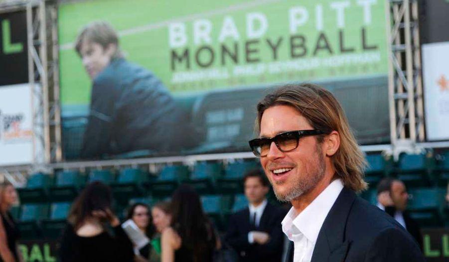 """Brad Pitt débute la promotion de son dernier film, Moneyball, basé sur le livre Moneyball: The Art of Winning an Unfair Game, de Michael M. lewis, dans lequel il joue l'entraîneur de l'équipe de baseball d'Oakland Athletics, Billy Beane. C'est donc en toute logique que la première mondiale du film -qui sortira le 9 novembre en France- a eu lieu au stade d'Oakland, en Californie, en présence du joueur de baseball Hideki Matsui. En costume en lunettes teintées, """"monsieur Angelina Jolie"""", venu en célibataire, n'en a pas moins affolé les gradins."""