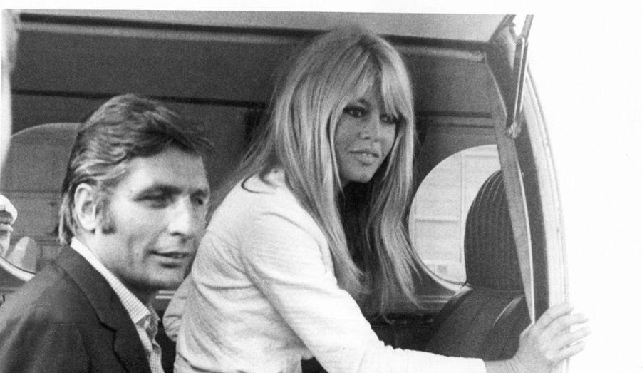 Quelques semaines après leur rencontre à Saint Tropez, Brigitte Bardot épouse le photographe allemand Gunter Sachs, descendant de la famille Opel, en juillet 1966. Le couple divorcera en octobre 1969.
