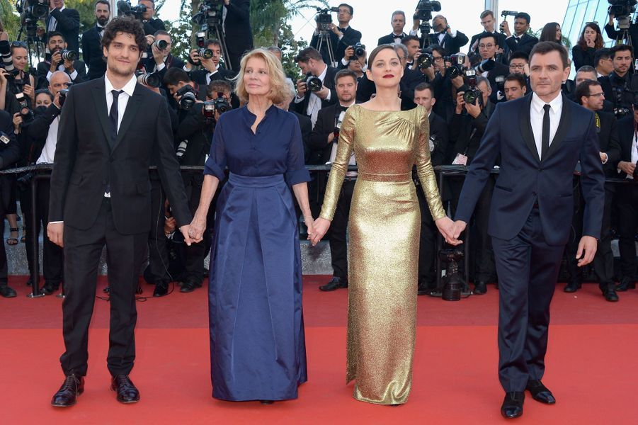 """L'équipe au complet du film """"Mal de pierres"""", à Cannes, le 15 mai 2016"""