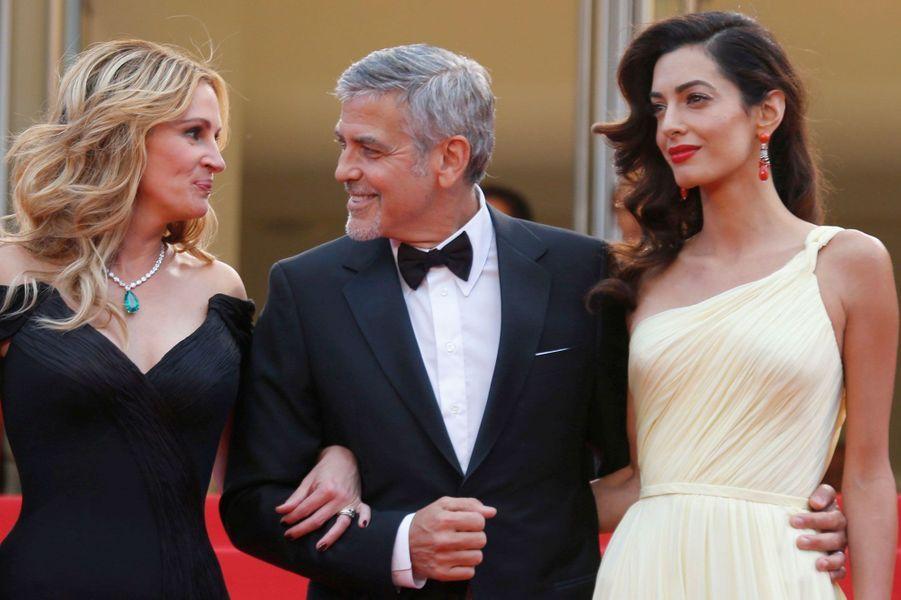 George Clooney entouré de Julia Roberts et de sa femme Amal à Cannes