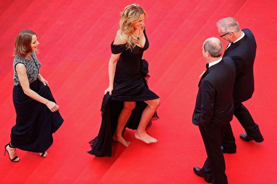 Julia Roberts suivie de Jodie Foster montent les marches du Palais des Festivals