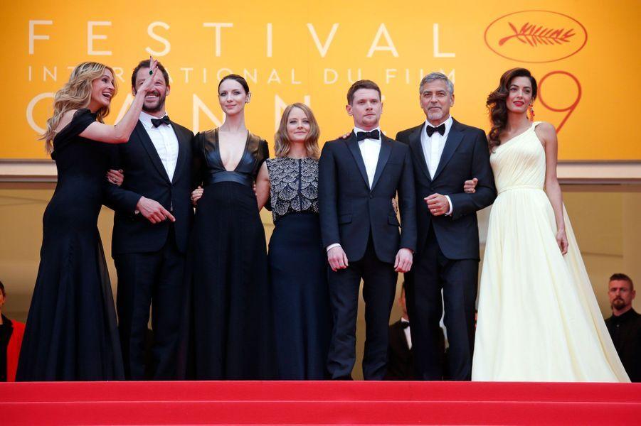 """L'équipe du film """"Money Monster"""" en haut des marches du Palais des Festivals"""