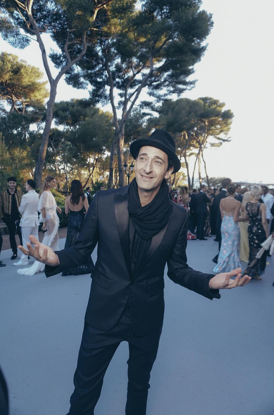 Adrien Brody porte le chapeau.