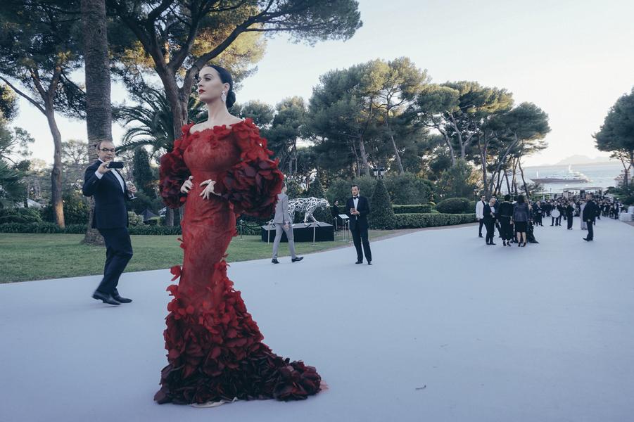 Katy Perry, robe Marchesa, bijoux Harry Winston.A l'arrière-plan, unesculpture de panthère de Richard Orlinski.