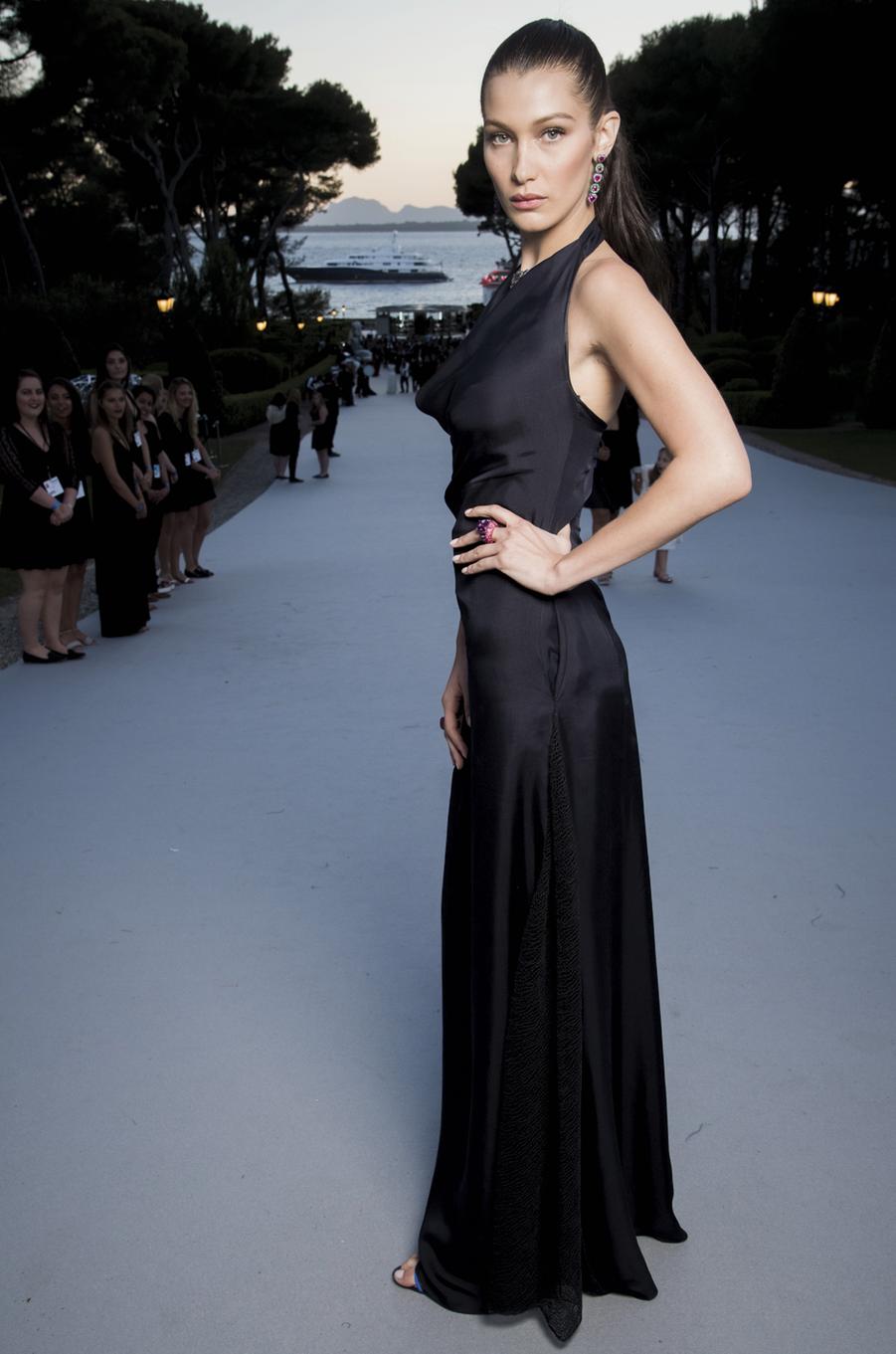 Bella Hadid,robe Dior et mise en beauté Dior, bijoux De Grisogono.