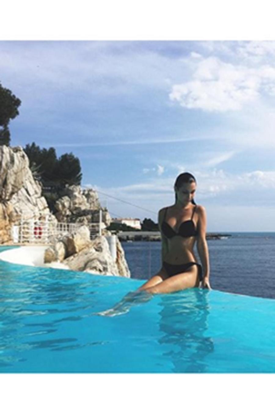 Bella Hadid au bord de la piscine