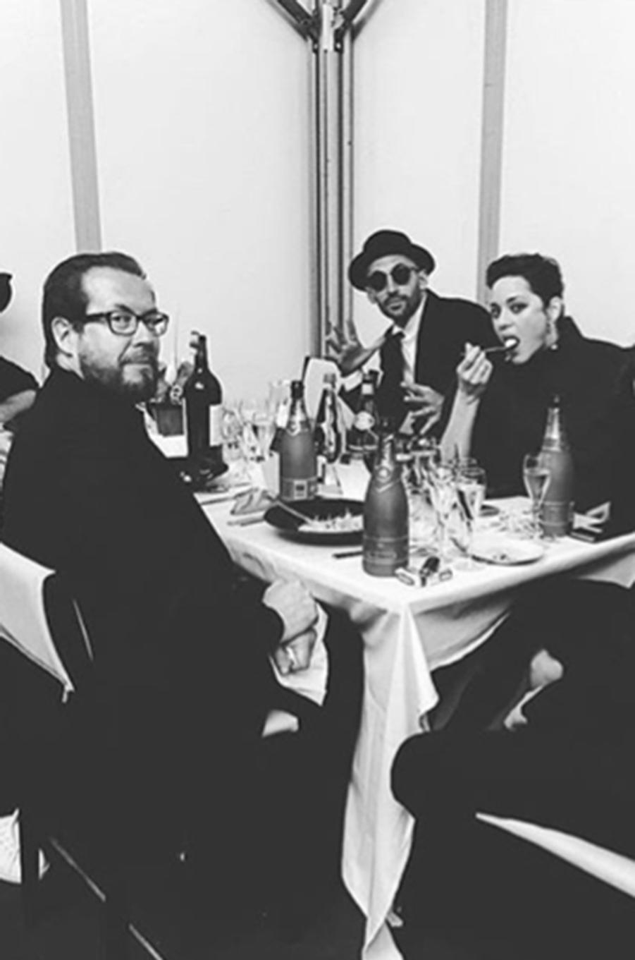 Marion Cotillard partage un bon repas avec ses amis