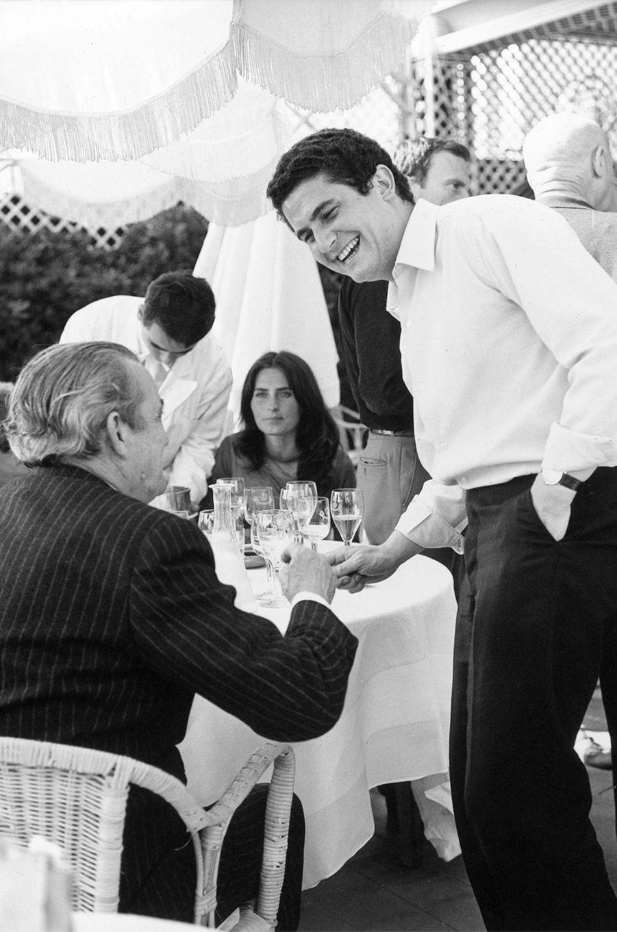 Claude Lelouch avec Marcel Pagnol à la terrasse d'un restaurant, mai 1966