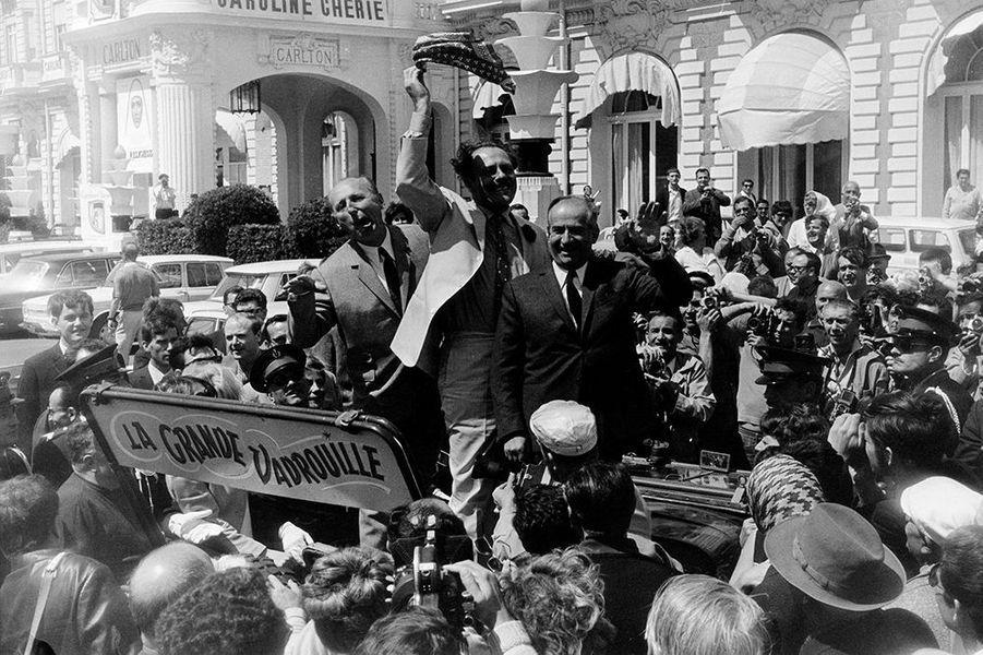 """Louis de Funès et Bourvil assurent la promotion de """"La Grande Vadrouille"""" à Cannes, en 1966"""