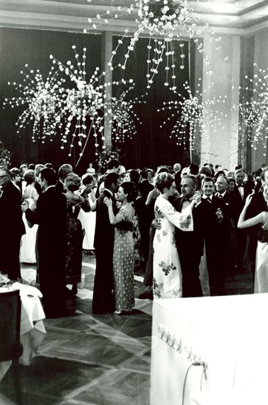 Rainier, Grâce de Monaco et la princesse Margaret dansent lors d'une réception donnée dans la grande salle du Palm Beach, à Cannes, mai 1966