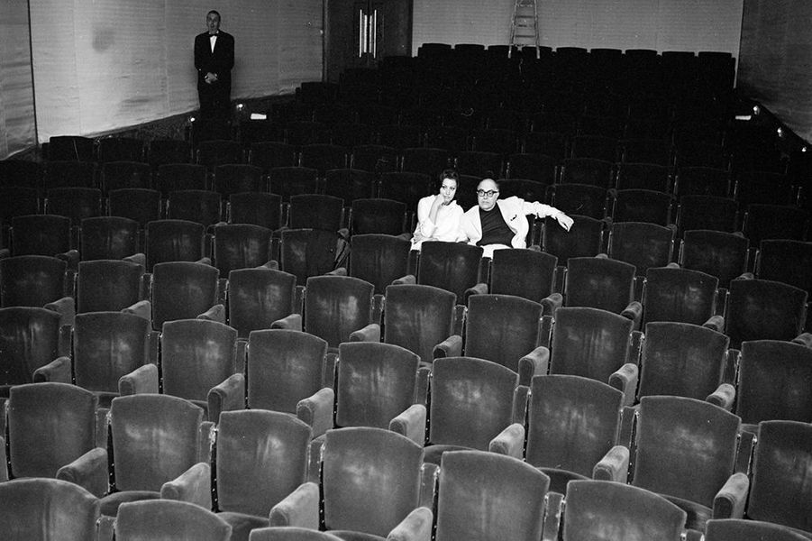 Sophia Loren, présidente du jury, assise dans une salle de cinéma avec son mari Carlo Ponti, mai 1966
