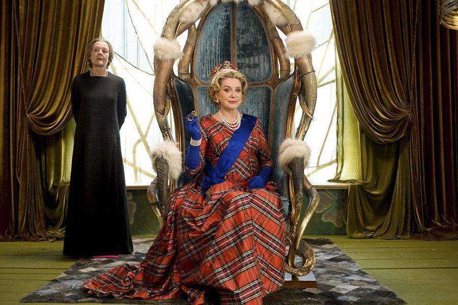 """Catherine Deneuve dans """"Astérix et Obélix: au service de sa Majesté"""", sorti en 2012"""