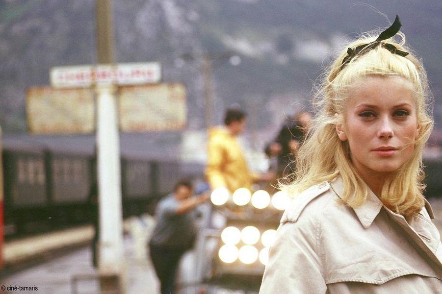 """Catherine Deneuve dans """"Les parapluies de Cherbourg"""", sorti en 1964"""