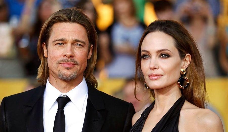 """Angelina Jolie et Brad Pitt forment certainement le couple le plus glamour de ces dernières années. Les deux stars se sont rencontrées en 2005 sur le tournage de """"Mr and Mrs Smith"""". Pour elle, il a quitté Jennifer Aniston, avec qui il était marié depuis 7 ans. Les comédiens sont parents de six enfants, Pax, Maddox, Zahara, Shiloh, Vivienne et Knox. Ils se sont fiancés au printemps."""