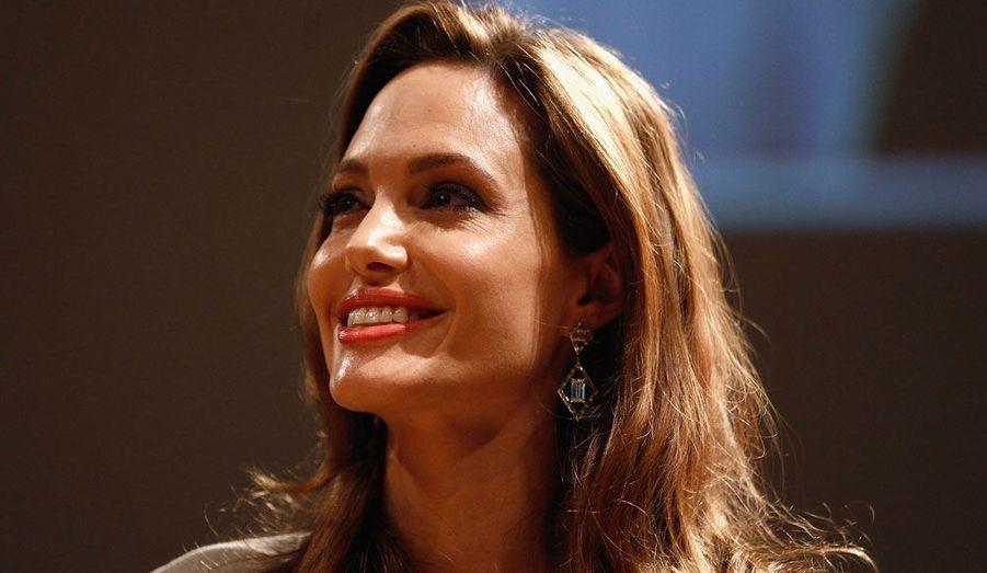 Si Brad Pitt a aujourd'hui adopté tous les enfants de la star, pendant plusieurs années, Angelina Jolie a été une mère célibataire. Alors qu'elle venait d'entamer les procédures afin d'adopter son premier enfant Maddox en 2002, son mari de l'époque Billy Bob Thornton l'a quittée. Mais loin d'être refroidie, la comédienne a accueilli sa première fille Zahara Marley en 2005, toujours en solo.