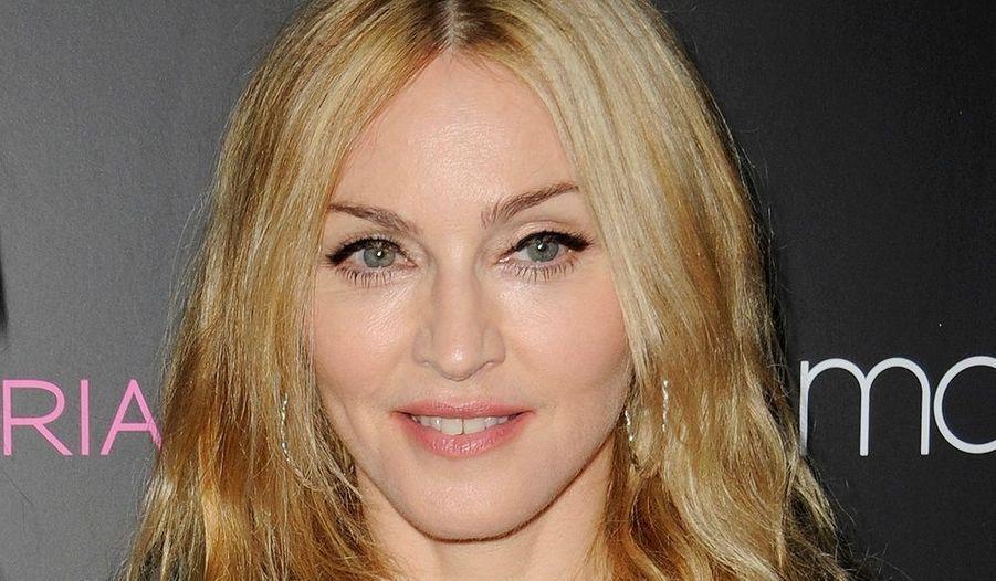 """Madonna a adopté sa seconde fille Mercy James au Malawi. Célibataire à l'époque, la chanteuse a rencontré de nombreuses difficultés. La loi du pays n'autorise en effet pas qu'une mère seule adopte un enfant. «Si elle n'obtient pas l'adoption parce qu'elle est célibataire, elle serait vraiment très furieuse. Madonna a toujours été une femme forte et indépendante, et elle pense qu'elle n'a pas besoin d'un homme pour pouvoir correctement élever un enfant», avait déclaré une source au journal """"The Sun"""". La star a finalement eu gain de cause en 2009."""