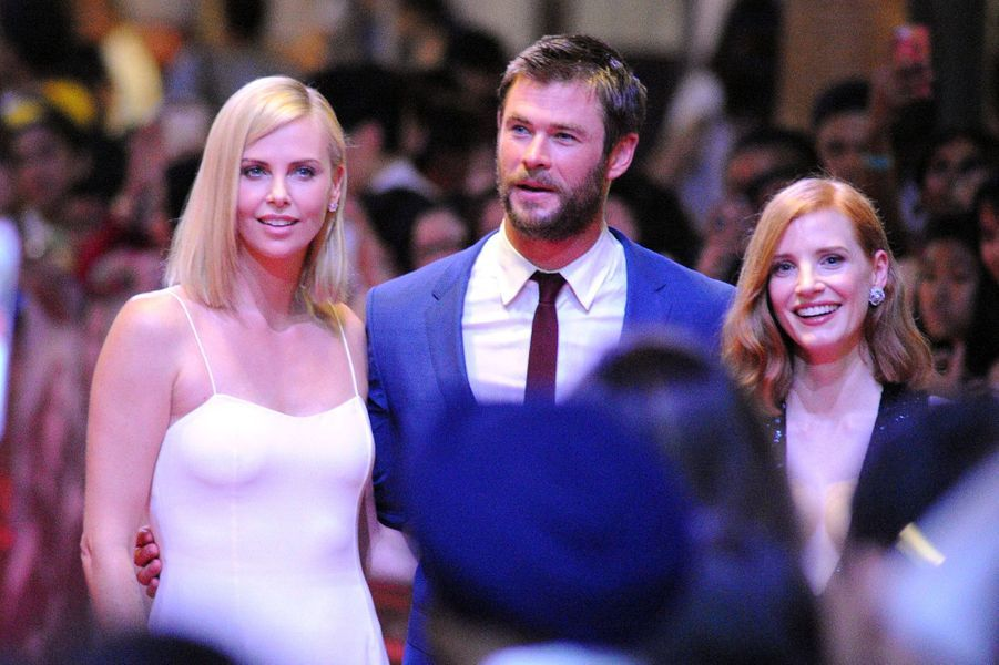 Charlize Theron, Chris Hemsworth et Jessica Chastain à Singapour, le 3 avril 2016