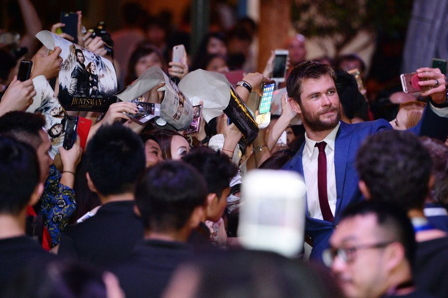 Chris Hemsworth pose avec ses fans