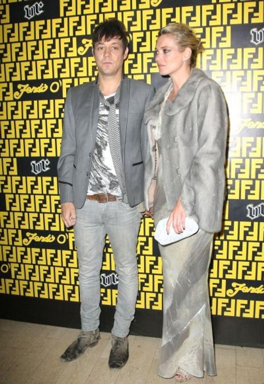 Allure d'ados, Jamie Hince et Kate Moss, main dans la main.