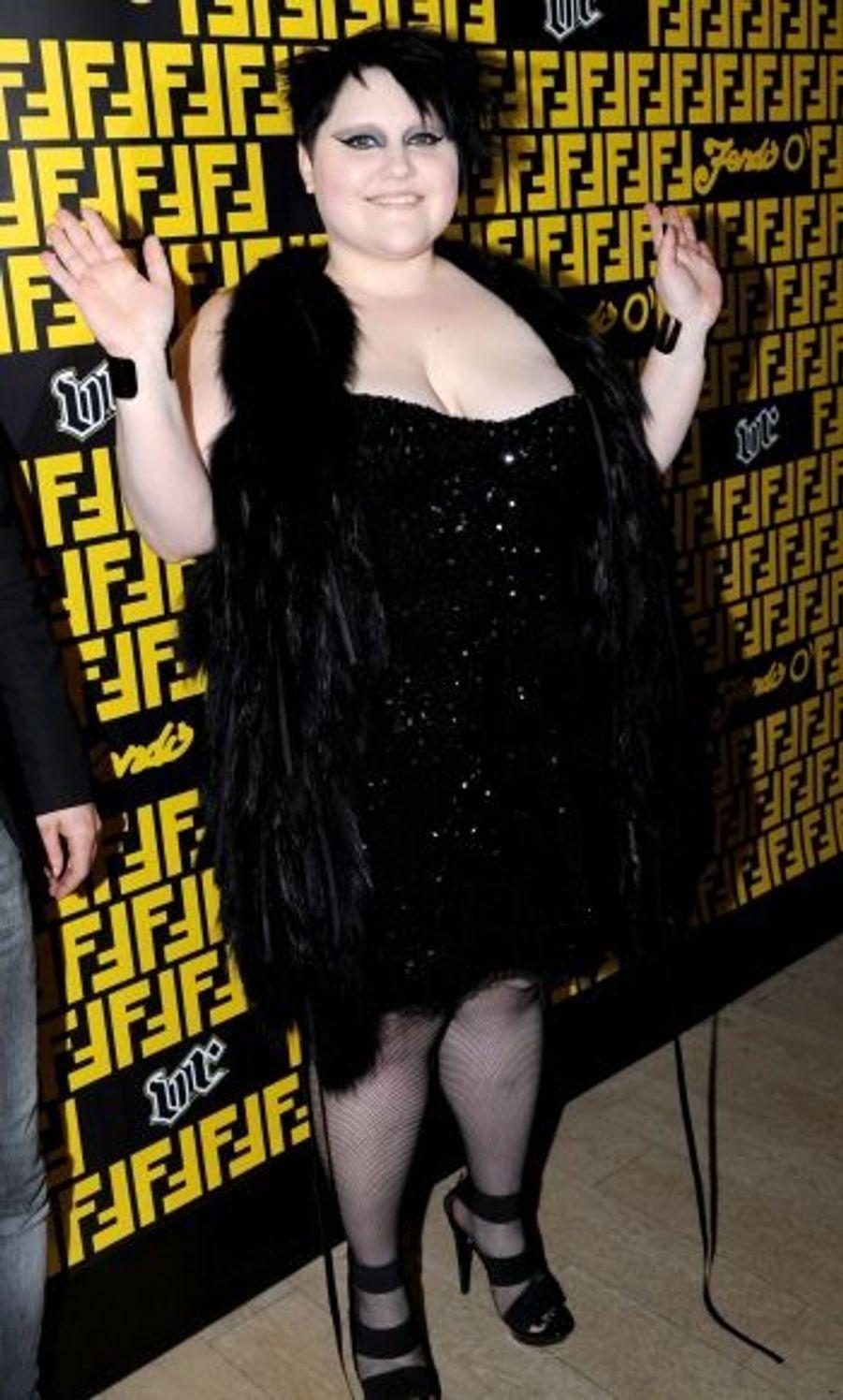 Habillée par Karl Lagerfeld en Fendi, Beth Ditto est « no limit ».