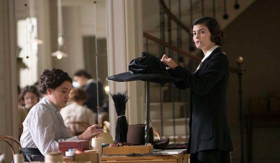La formidable aventure commence dans une boutique de modiste, rue Cambon, à Paris. Avec une Audrey Tautouplus vraie que Chanel.