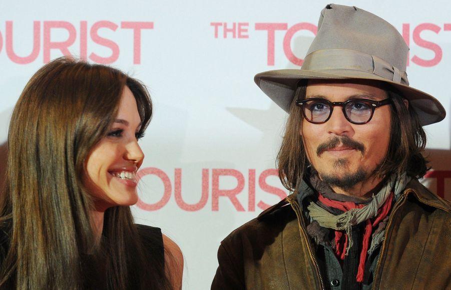 Enfin. Tellement soucieux de ne pas donner de grain à moudre aux journaux people, Angelina Jolie et Johnny Depp, qui ont joué ensemble dans The Tourist, actuellement dans les salles, n'apparaissent jamais côte à côte. Impossible de trouver une photo d'eux réunis.... jusqu'à hier. A l'occasion de la première du film à Berlin, les deux stars ont pris la pose l'une à côté de l'autre. Savourez, cela ne se reproduira pas.