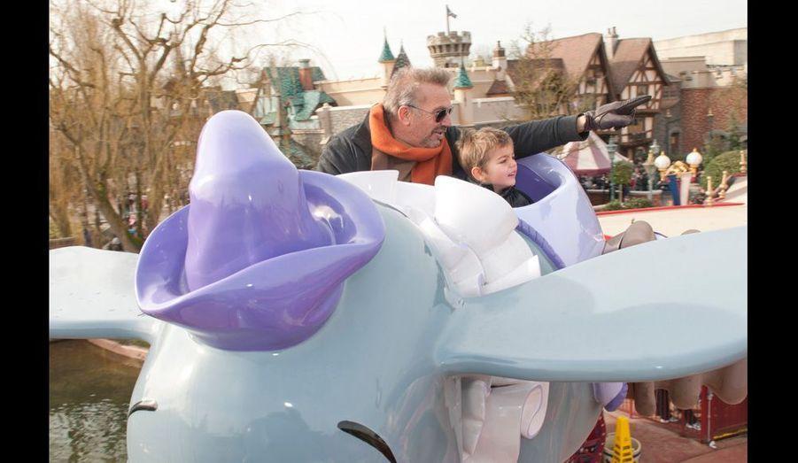 Kevin à bord de Dumbo avec son fils Hayes