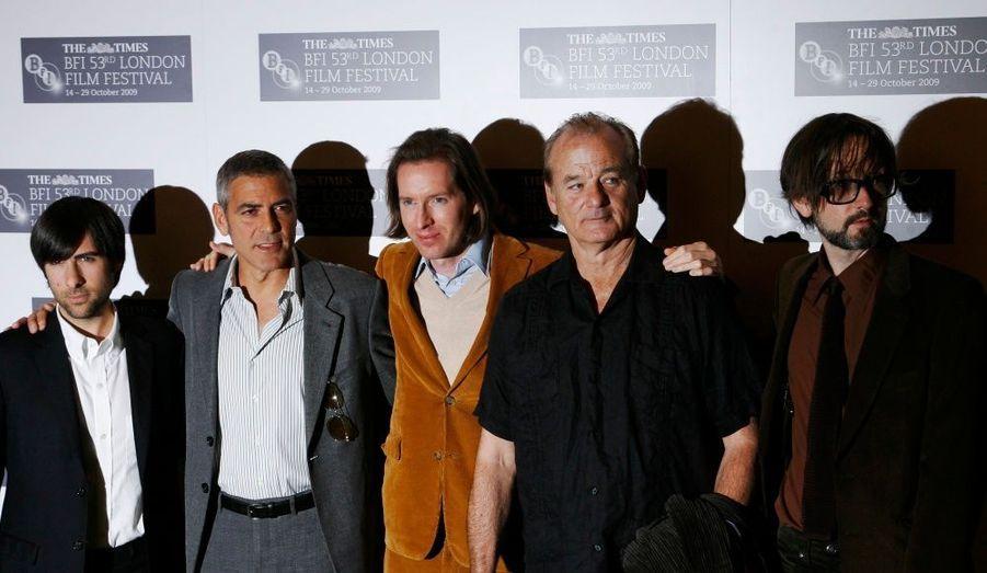 Wes Anderson pose pour les photographes en compagnie du casting du film.