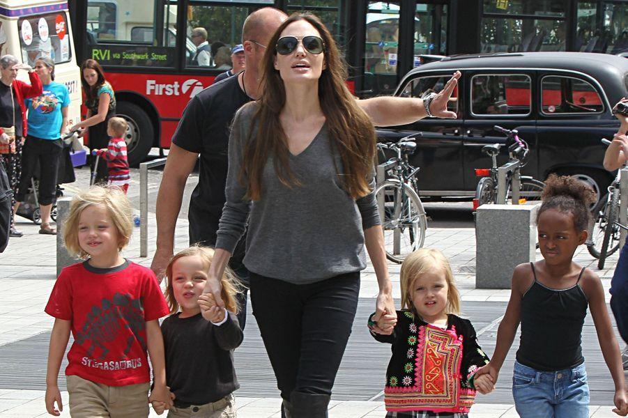 Avec Shiloh, Knox, Vivienne et Zahara à Londres en juillet 2011