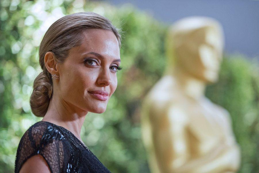 Accompagnée de Maddox l'un de ses fils adoptifs et de Brad Pitt, son compagnon, Angelina Jolie a reçu samedi soir le Jean Hersholt Award pour son action humanitaire, lors de la soirée des Governors Awards qui se déroulait à Los Angeles. Et c'est une actrice éclatante de beauté qui est apparue sur le tapis rouge, puis lors de la soirée, très émue lorsque George Lucas lui a remis le prix.