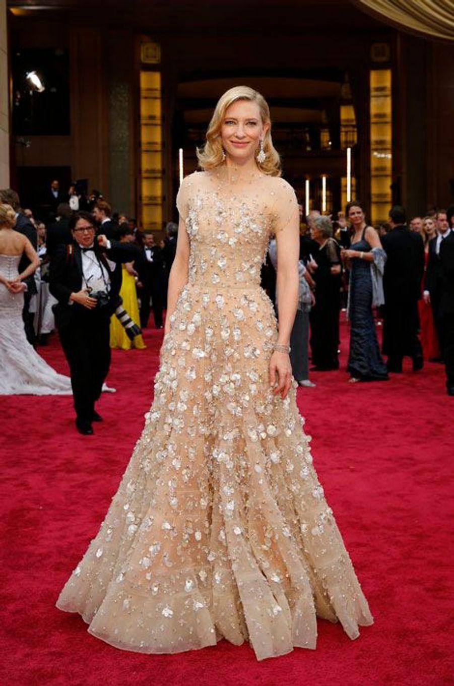 La cérémonie des Oscars s'est déroulée dimanche soir à Los Angeles. Comme chaque année, les actrices ont sorti leur plus belle robe pour briller sur le tapis rouge. Qui de Cate Blanchett, Jennifer Lawrence ou Angelina Jolie a su tirer son épingle du jeu? A vous de voter en attribuant à chacune, de une à cinq étoiles.