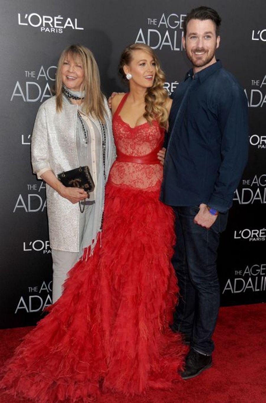 Blake Lively aux côtés de sa mère Elaine et de son frère Eric à New York le 19 avril 2015