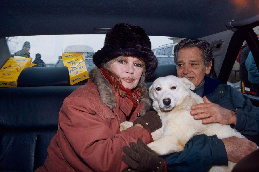 Au nom de sa fondation, Brigitte BARDOT s'est rendue à Bucarest pour plaider la cause des animaux. Ici, Brigitte et son mari Bernard D'ORMALE avec le berger blanc qu'elle ramène à la Madrague. Février 1998.