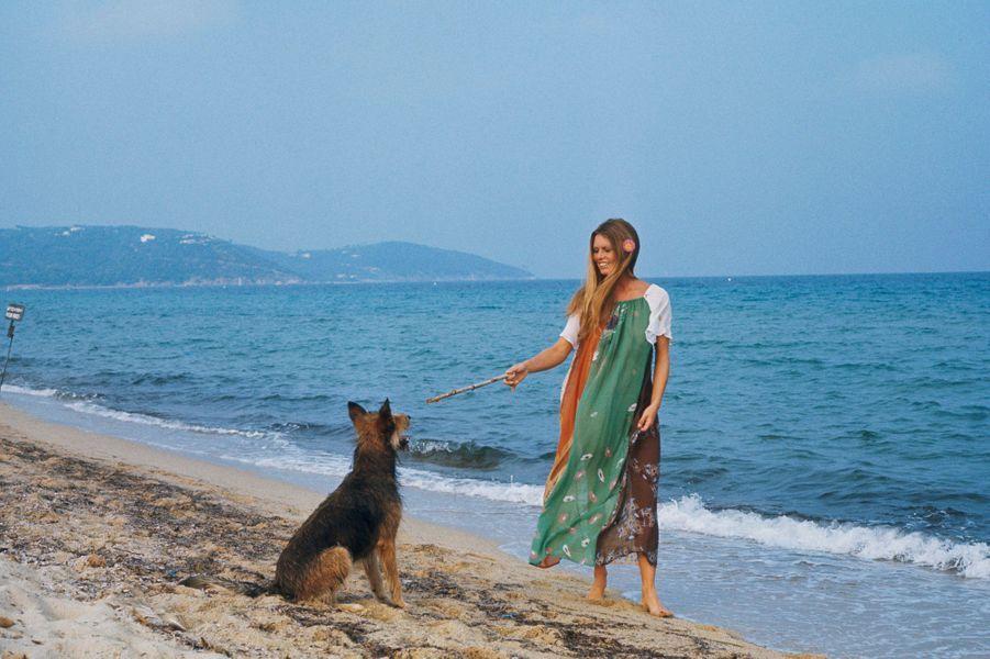 Saint-Tropez - Septembre 1974 --- Portrait de Brigitte BARDOT à l'heure de son anniversaire : 40 ans. A la plage avec ses chiens.