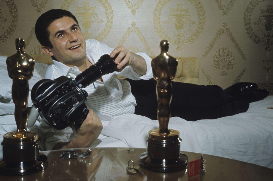 Claude Garofalo pose avec ses deux Oscars, Meilleur film étranger et Meilleur scénario, avril 1967