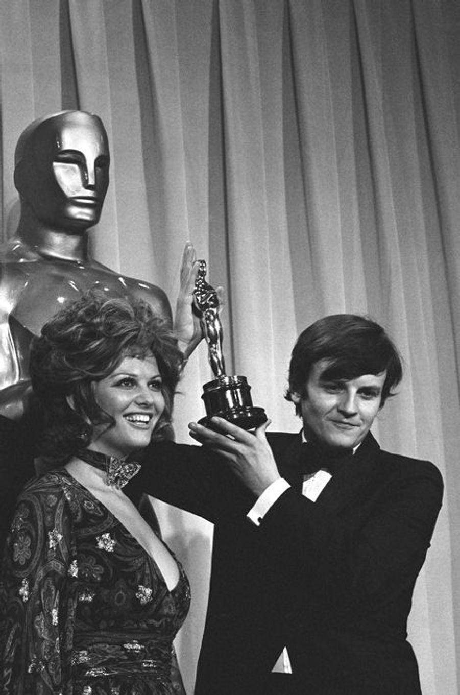 """Claudia Cardinale remet l'Oscar à Jacques Perrin pour """"Z"""" de Costa-Gavras, 1970"""