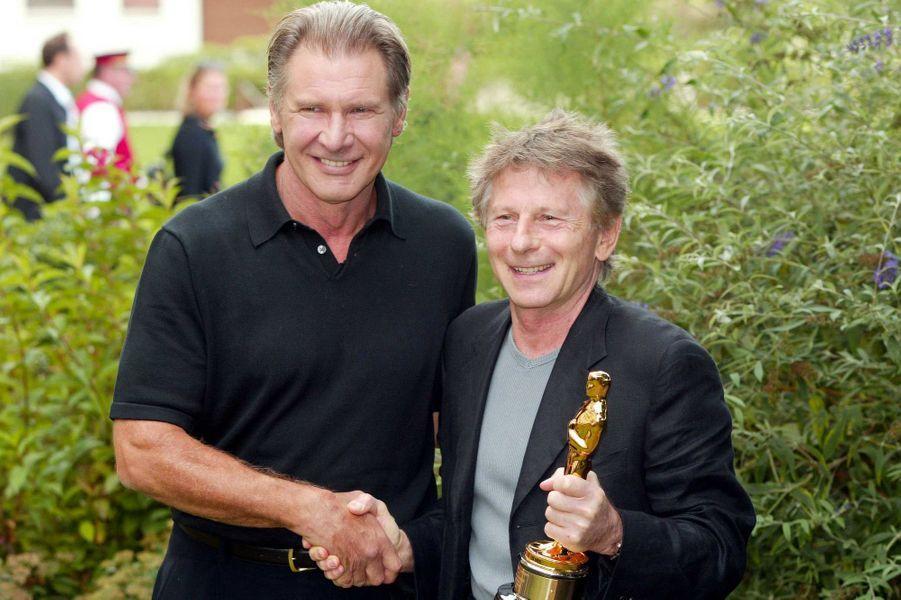 """Harrison Ford remet à Roman Polanski l'Oscar du Meilleur réalisateur pour """"Le Pianiste"""", septembre 2003 à Deauville"""
