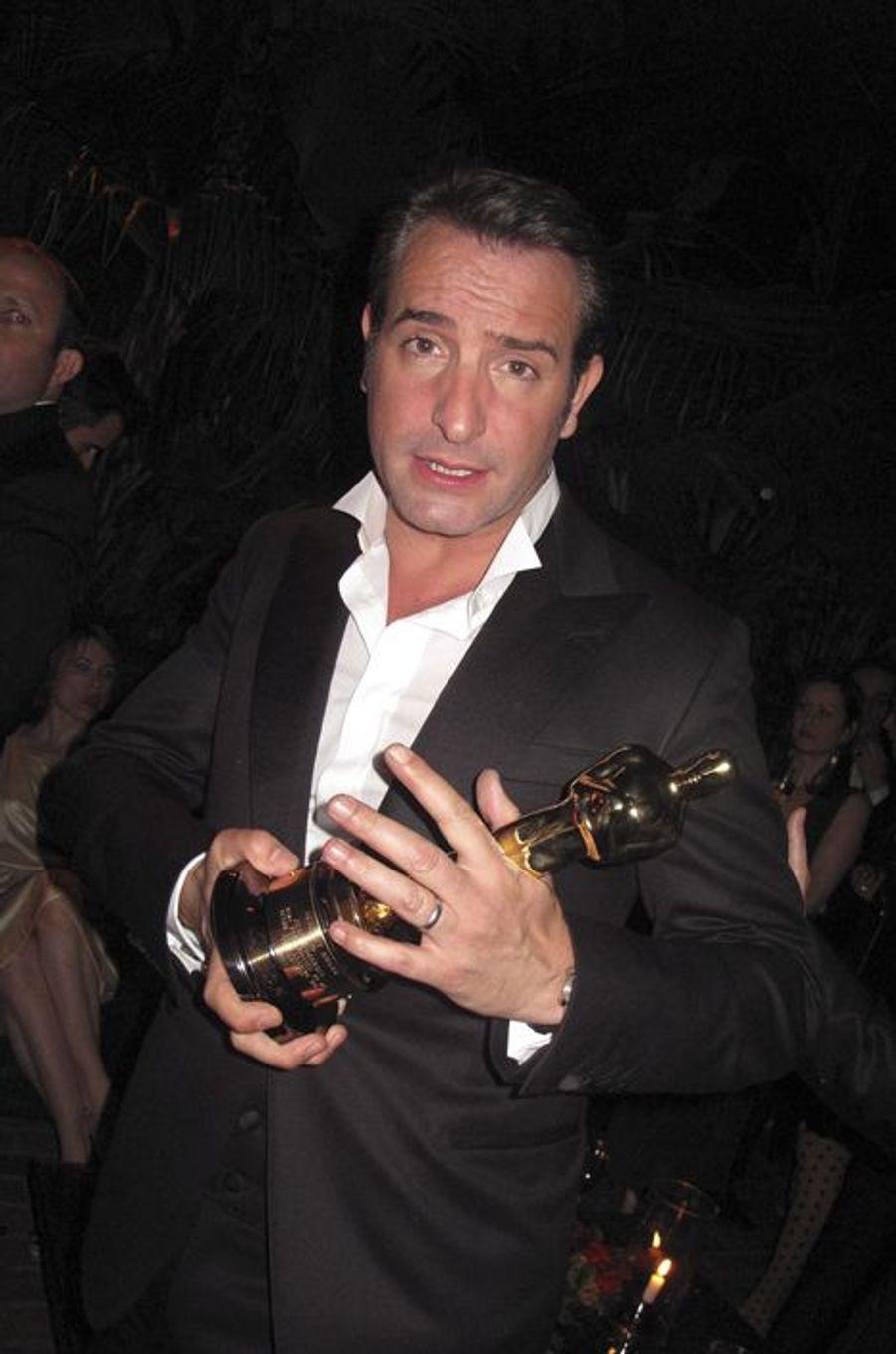 """Jean Dujardin dans les coulisses des Oscars avec son Oscar du Meilleur acteur pour """"The Artist"""", 2012"""