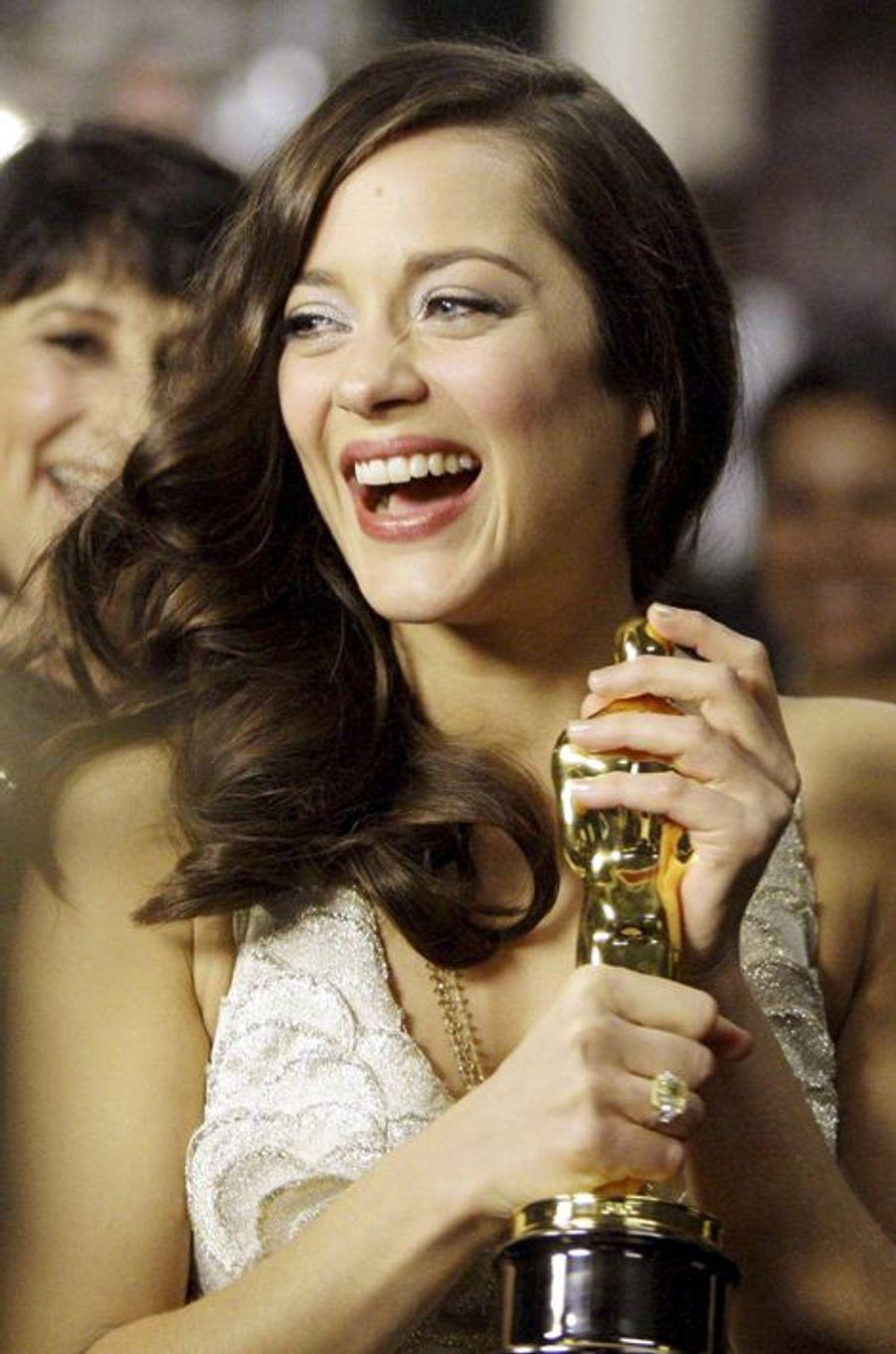 """Marion Cotillard reçoit à 32 ans l'Oscar de la Meilleure actrice pour son interprétation de Piaf dans le film """"La Môme"""", 2008"""