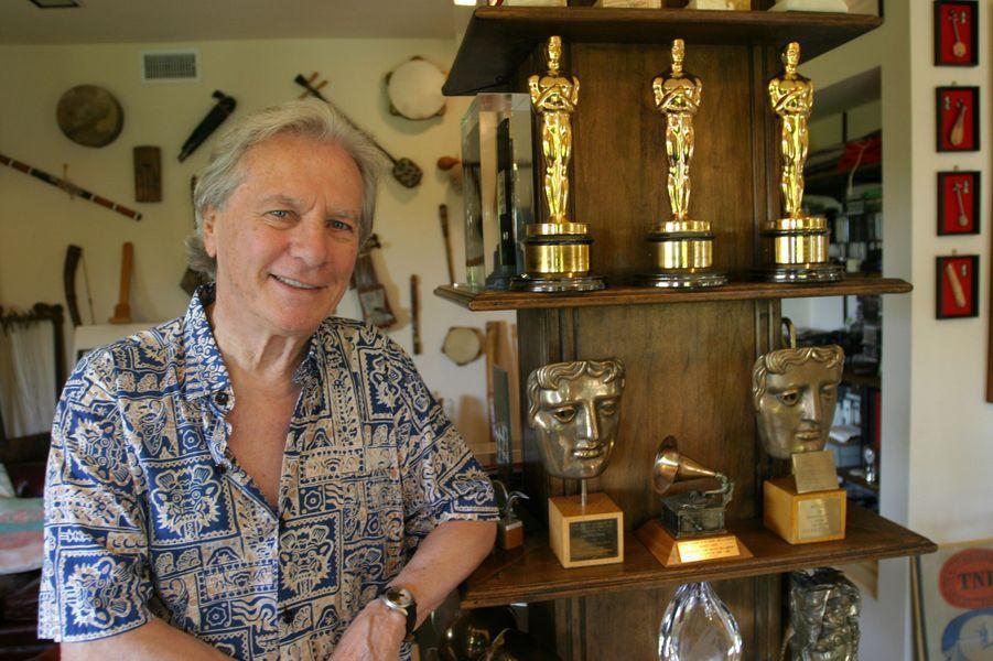 Maurice Jarre à côté de ses nombreuses récompenses