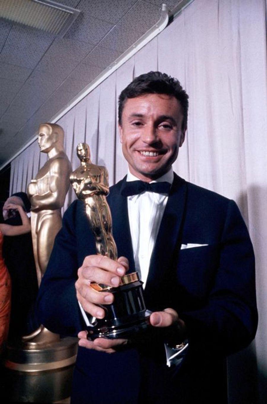 Serge Bourguignon pose avec son Oscar du Meilleur film étranger