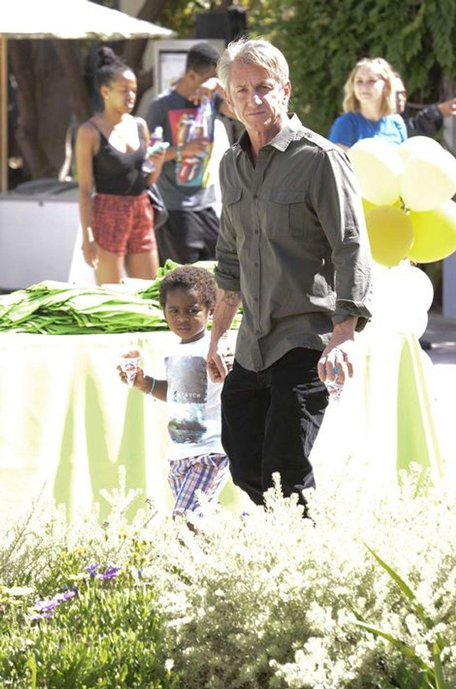 Sean Penn et Jackson à Los Angeles le 18 avril 2015