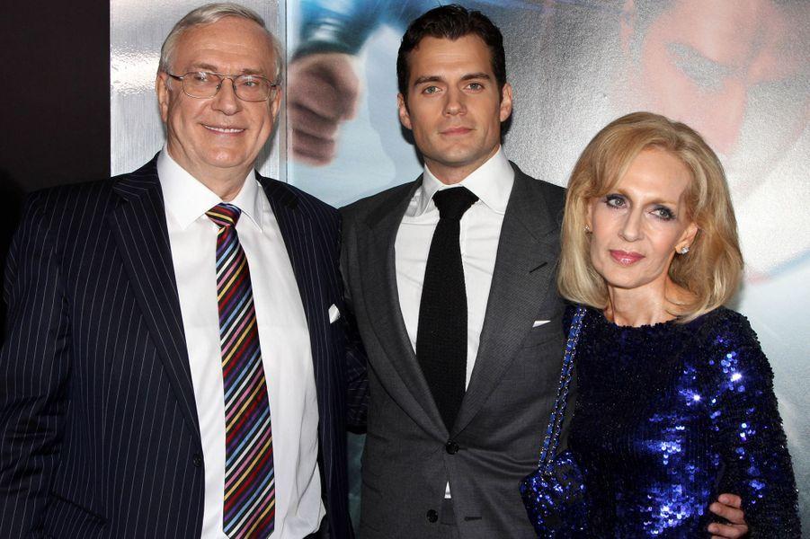 """Henry Cavill et ses parents à la première de """"Man of Steel"""" en juin 2013"""