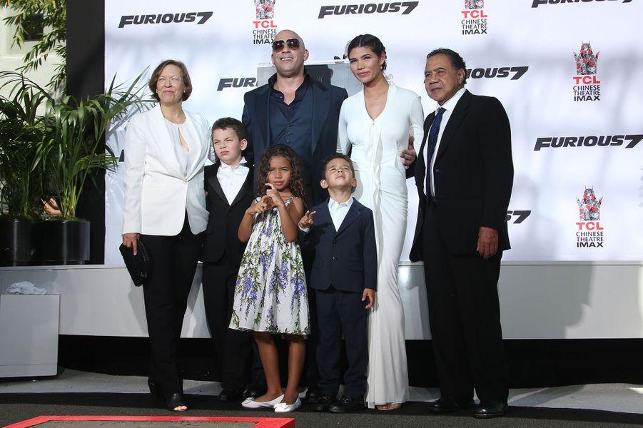 Vin Diesel, entouré de ses parents, de sa compagne et de leurs enfants, à Los Angeles le 1er avril 2015