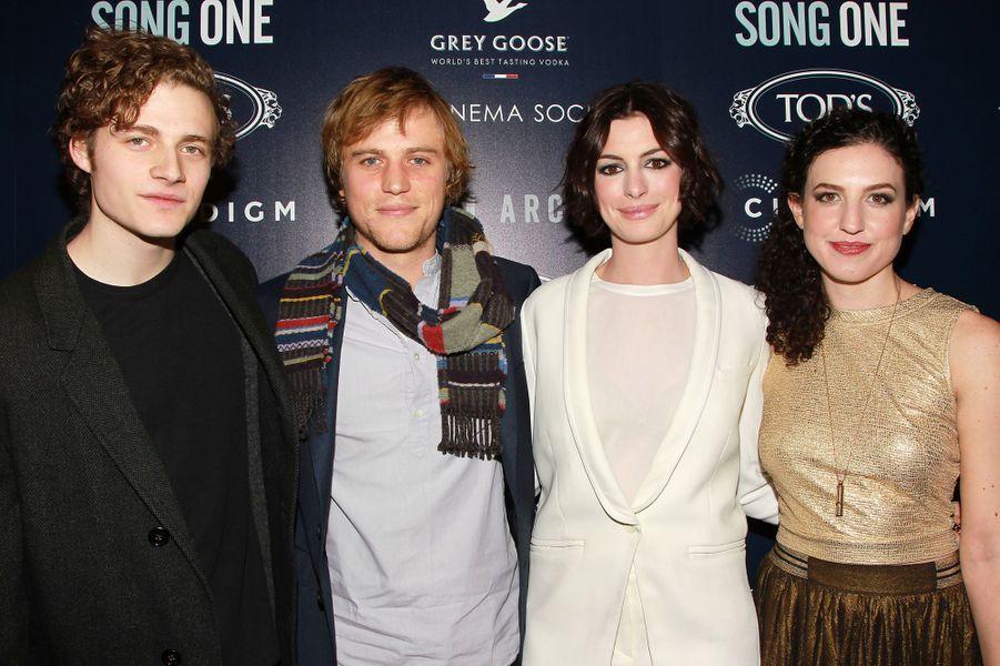 Ben Rosenfield, Johnny Flynn, Anne Hathaway et Kate Barker-Froyland à New York le 20 janvier 2015